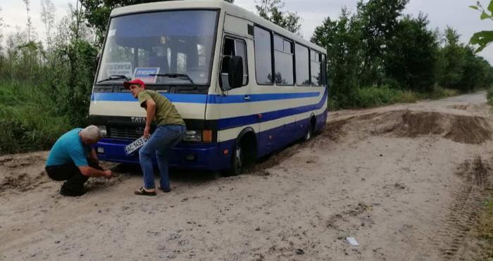Рейсовий автобус застряг у піщаній ямі