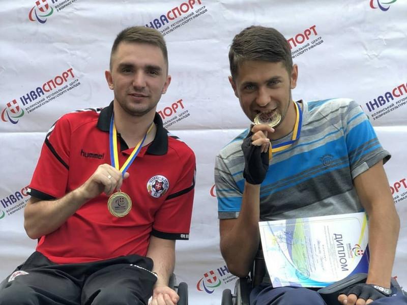 Олександр Романюк (справа)