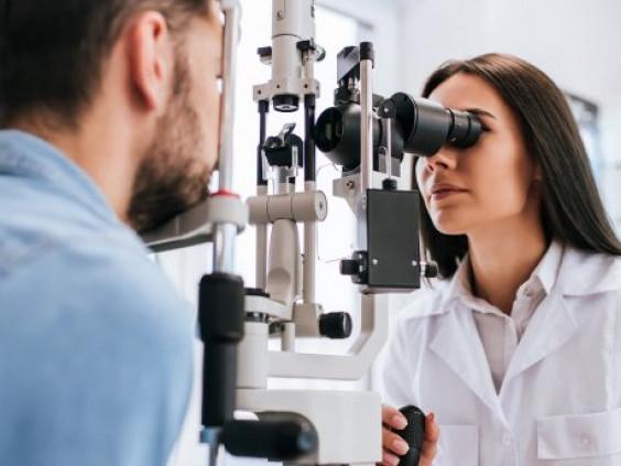 Перевірять зір