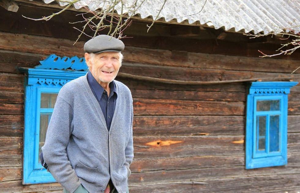 Господар біля своєї стоп'ятидесятилітньої хати. Градиськ.
