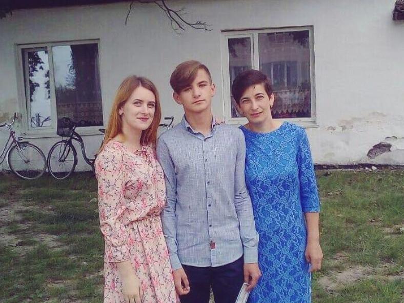 Валентина Куц з донькою та сином