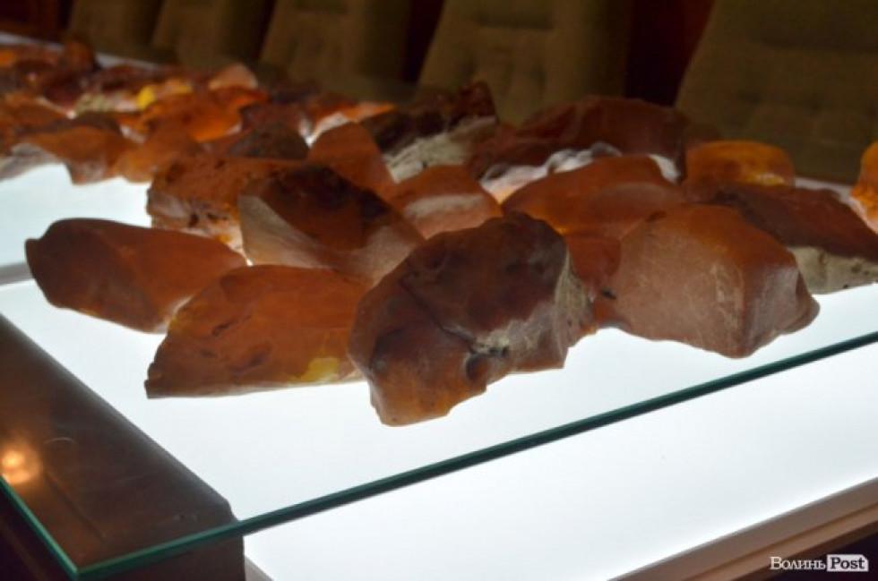 «Сонячне каміння» з молотка: як пройшов перший аукціон з продажу волинського бурштину. ФОТО