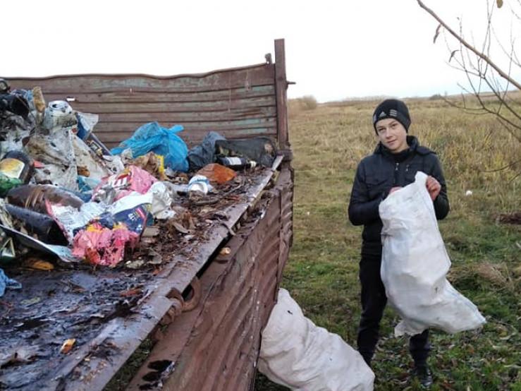 Школярі прибирають берег Прип'яті