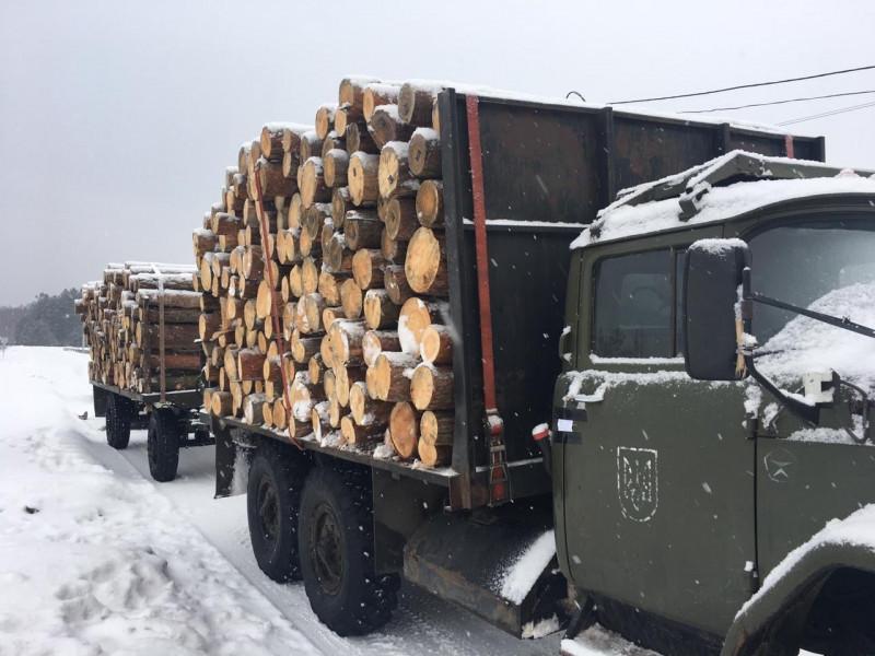 Біля села Стобихівка затримали вантажівку з незаконно зрубаними соснами