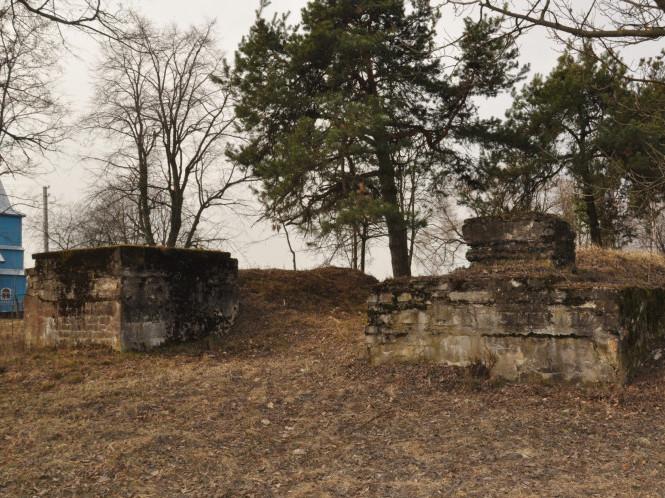 Вхід на територію військового кладовища часів Першої світової війни в с. Тоболи