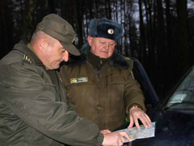 """Сьома ранку. Працівники групи оперативного реагування ДП """"Камінь-Каширське ЛГ"""" обирають маршрут патрулювання лісових масивів…"""