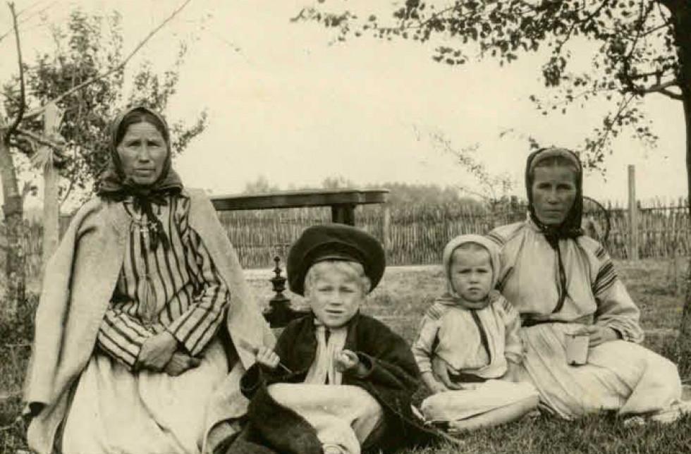 Жінки та діти десь на Волині