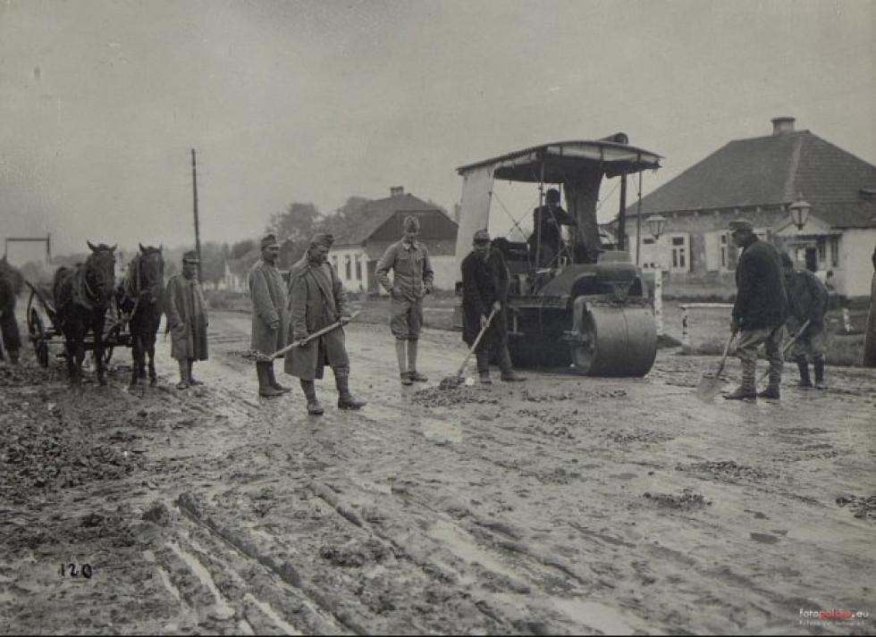 Ремонт дороги на Волині. Ремонтують солдати айстро-угорської армії.