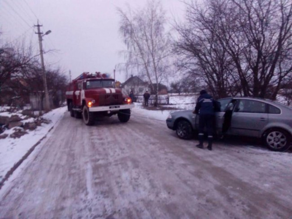 Рятувальники відбуксирували автомобіль