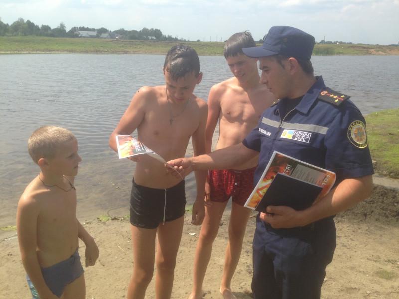 Бузаки: на річці Турія рятувальники розповіли відпочивальникам про безпеку на воді