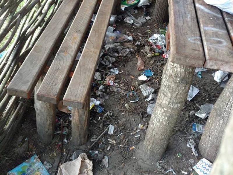 Бесідку закидали сміттям