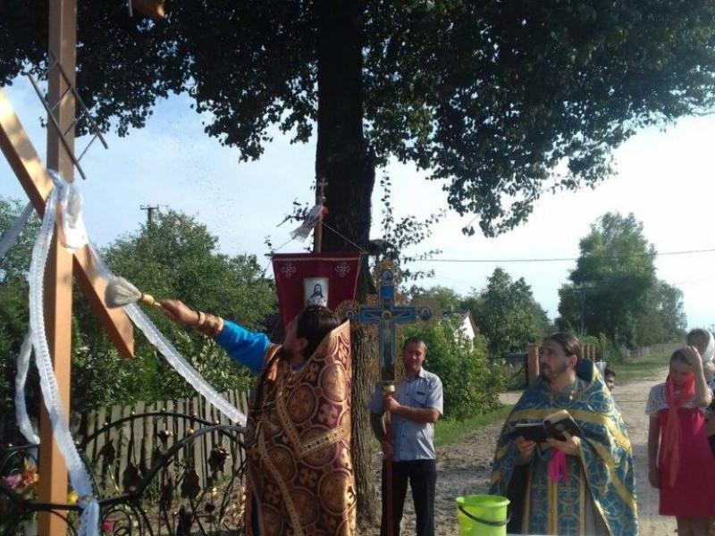 Оленино:  миколаївський священик допоміг освятити придорожній хрест
