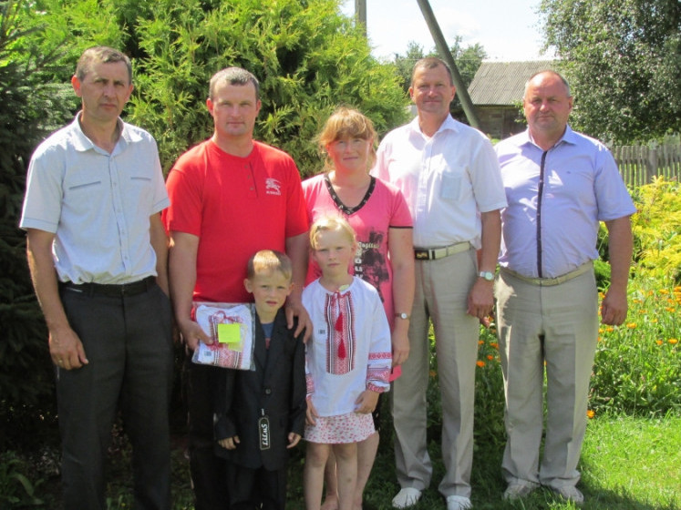 Камінь-Каширщина: дітям воїнів АТО вручили костюми та вишиванки