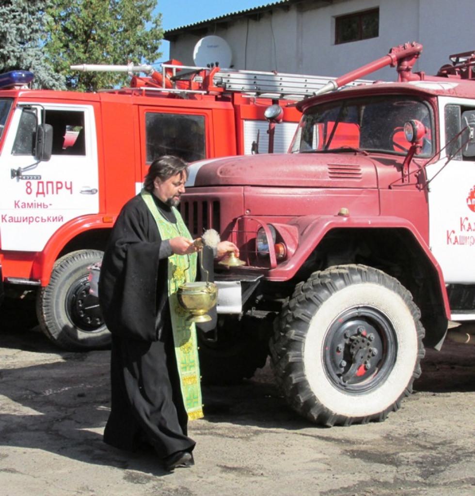 Отець Юрій окропив техніку та рятувальників