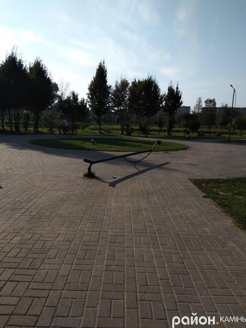 У міському парку Каменя-Каширського поламали ліхтарі