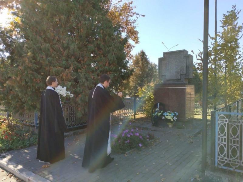 У Камені-Каширському священики УПЦ помолилися та поклали квіти до пам'ятного знаку Борцям за волю України.