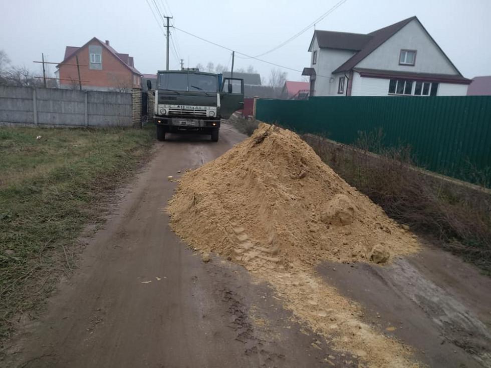 Як комунальники облаштовують дороги у місті