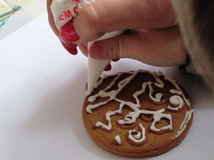 На Камінь-Каширщині діти з інвалідністю прикрашали різдвяне печиво