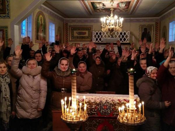 У селі Брониця прихильниками Московського патріархату, відмовилися переходити в УПЦ.