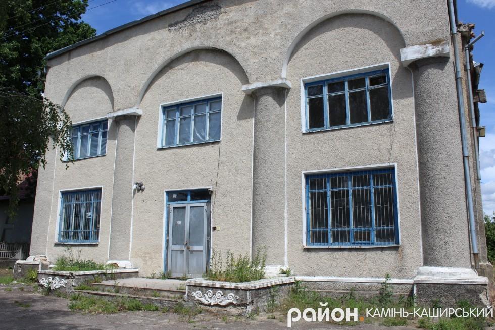 А це – перебудований на радянський манер домініканський костел 17 століття. Свого часу тут був і деревообробний, пізніше – кондитерський цехи