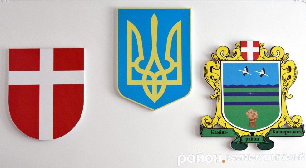 Герб Камінь-Каширського району (крайній справа)
