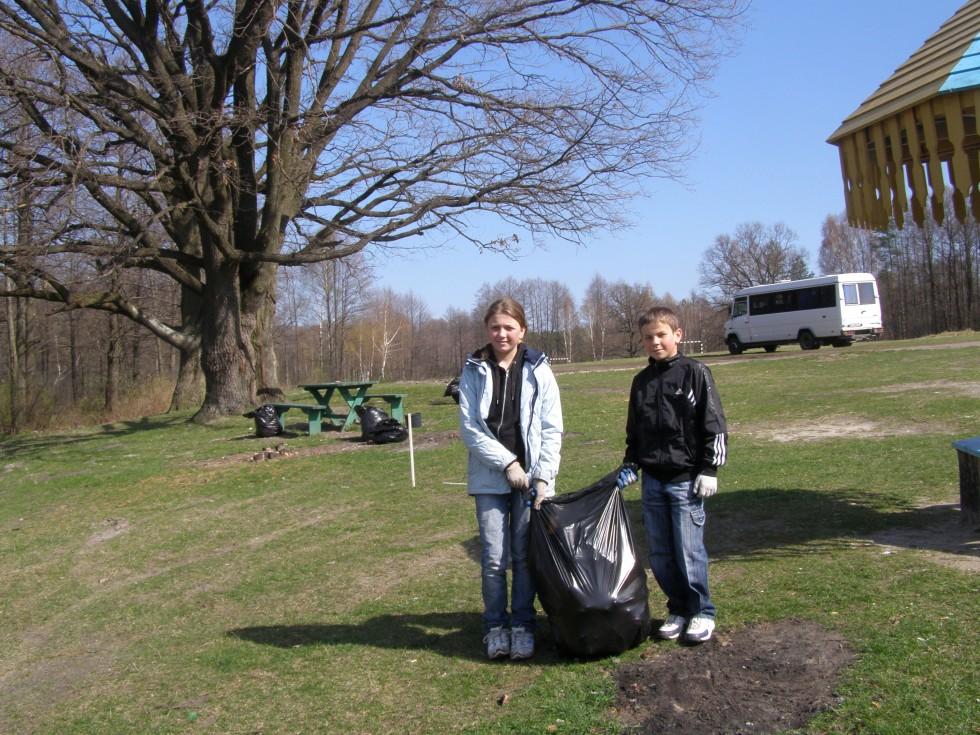 Діти прибирають сміття біля озера. Фото 2012 року.