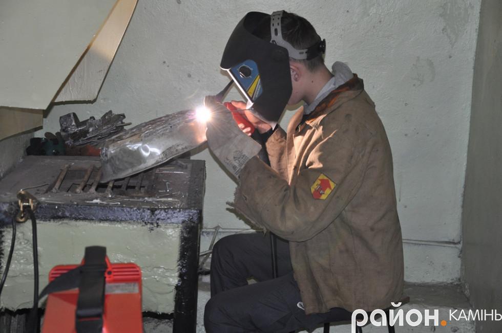 Учень вправляється у зварюванні кольорових металів під аргоном