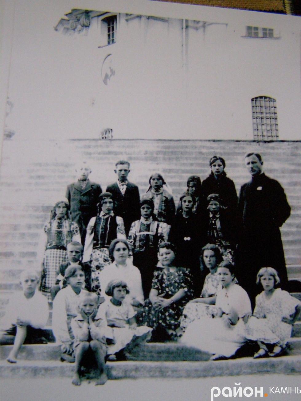 Отець Олександр Білецький з хотешівськими парафіянами в Почаєві. 1937 р.