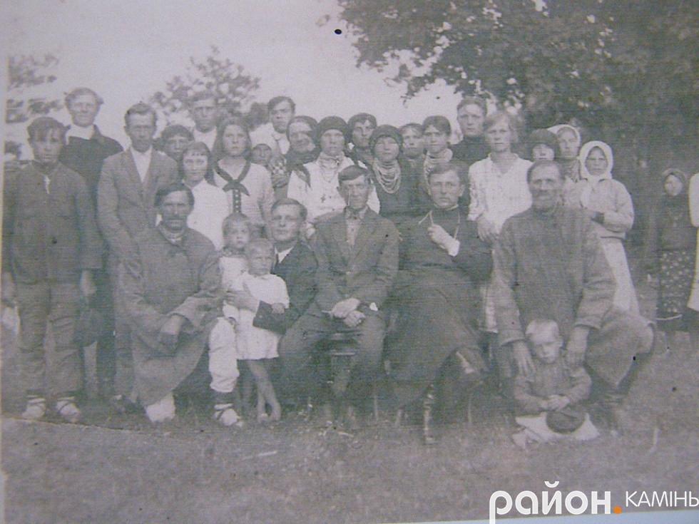 отець Олександр Білецький з парафіянами с. Тинне Сарненського повіту. 30-і роки ХХ ст