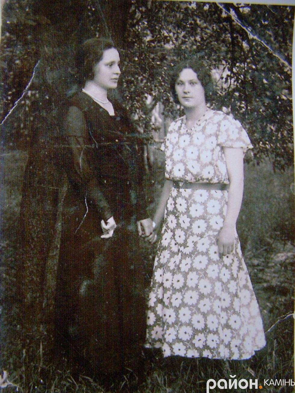 Неоніла (зліва) і Марфа (справа) Буйницькі. Сер. 20-х років ХХ ст.