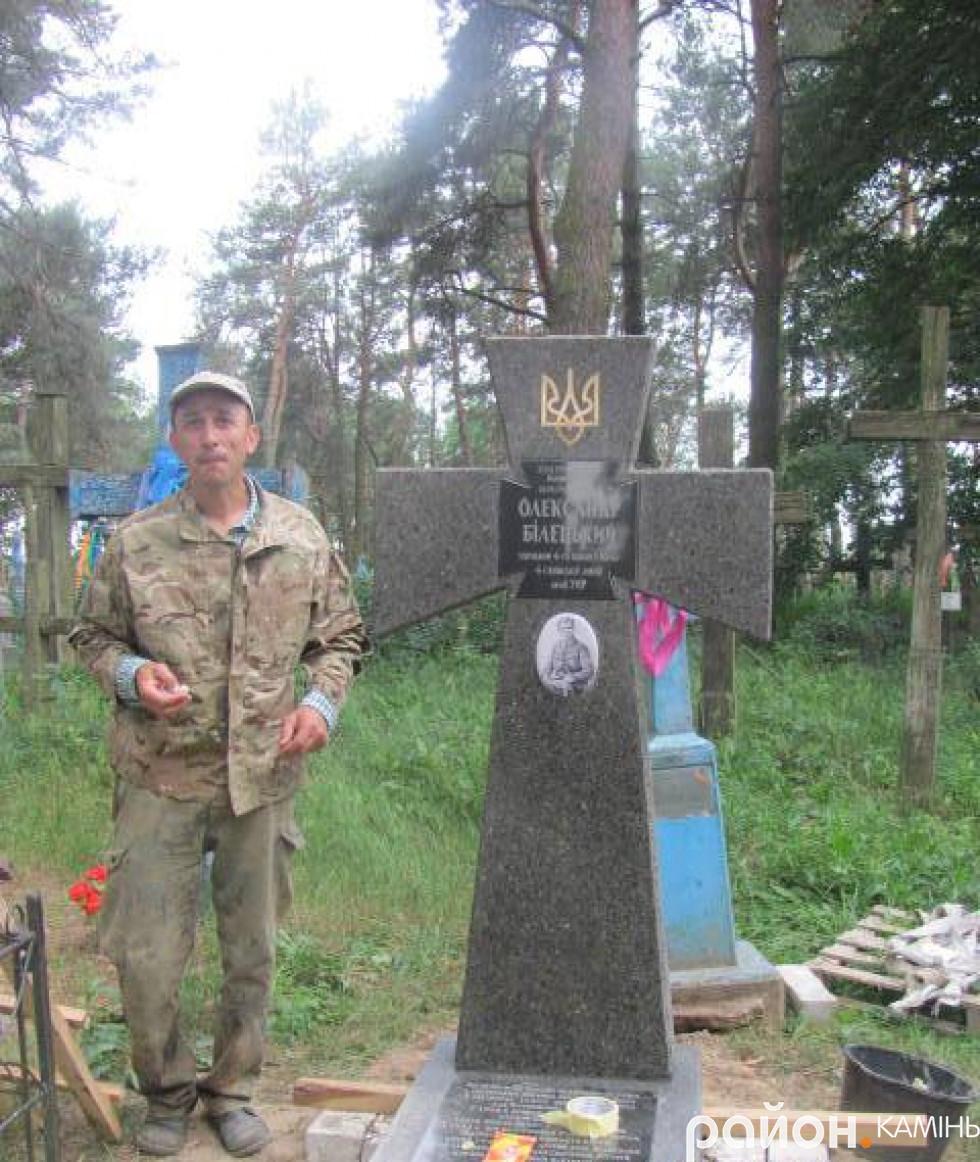 Олег Собченко під час встановлення памятника Олександру Білецькому