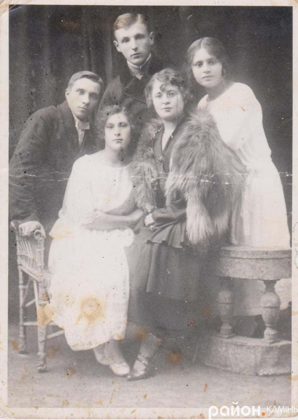 У центрі - Олександр Білецький, зліва - Григорій Жукович, сидять перша зліва  - Марфа Буйницька, крайня справа - Неоніла Буйницька. 1924 р.