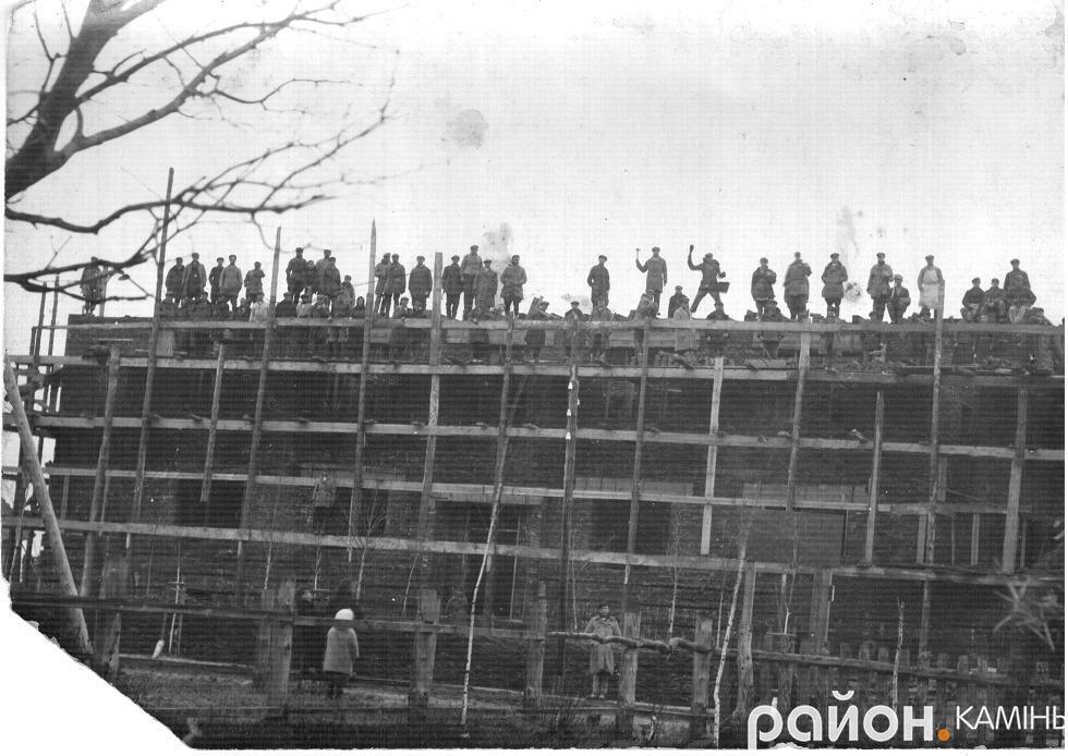 На будівництві в Камені-Коширському. Можливо кінець 20-х рр. ХХ ст. Фото надане Галиною Коник.