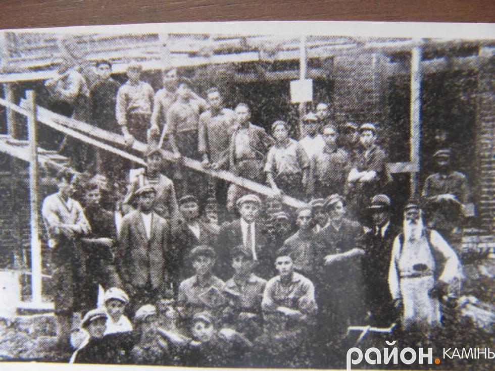 На будівництві синагоги у Камені-Коширському. Серед будівельників гіпотетично могли бути Гершон Сокол із синами. 20-і роки ХХ ст.