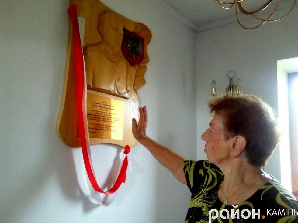 Арсенюк Людмила показує подарунок з Польщі костелу