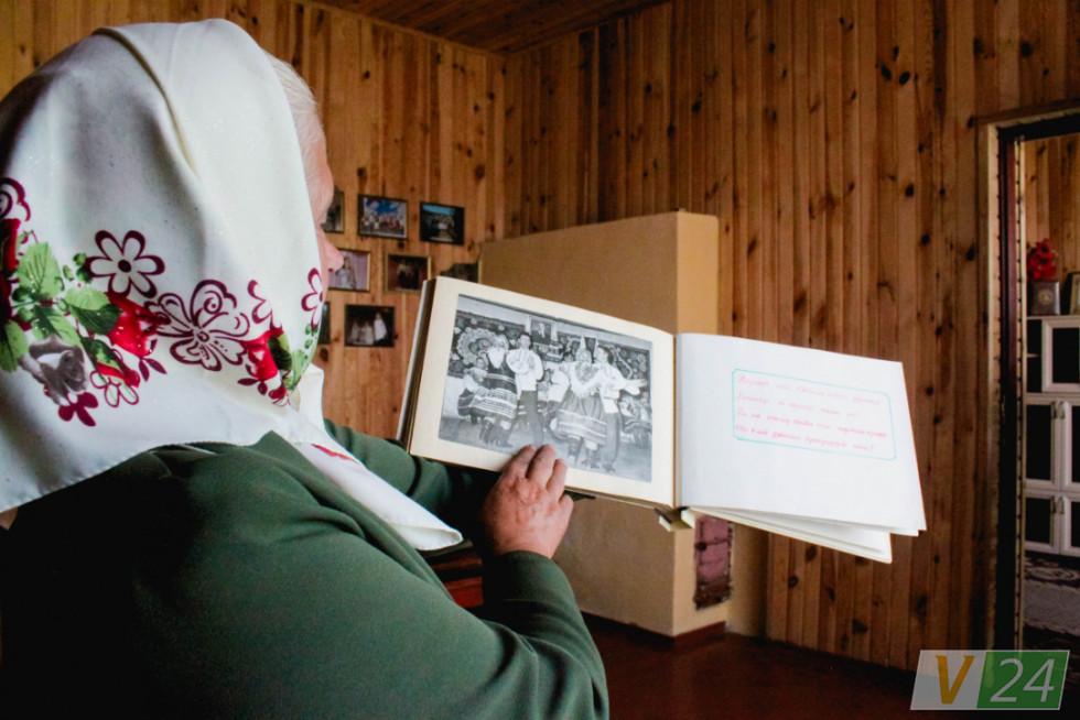Марія Босак, місцева легенда, несе старі світлини