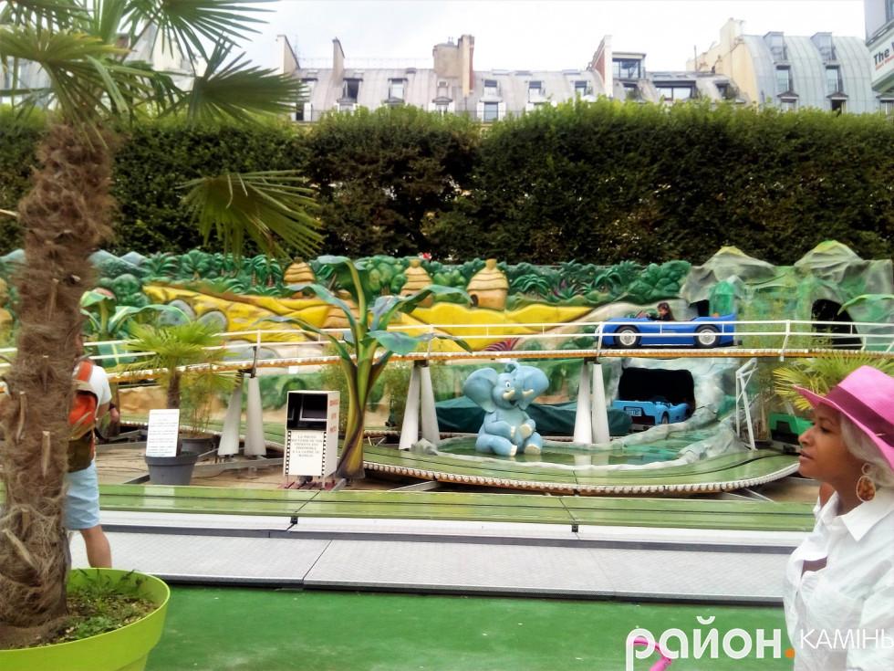 Каруселі в парку поблизу площі Конкорде