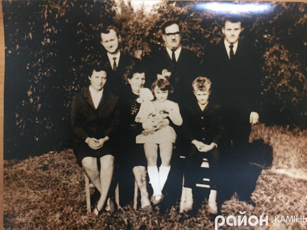 О. Микола Роздяловський (посередині) із синами Ігорем і Олексієм, невісткою Лідією (перша зліва), дружиною Надією та внуками Сергієм і Наталією. 60-і рр. ХХ ст. Фото  надане Роздяловськими