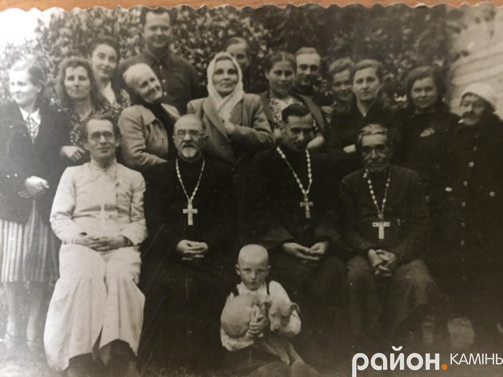 Празник на Волі.Сидить другий зліва о. Віктор Перхорович. фото надала Ольга Календа