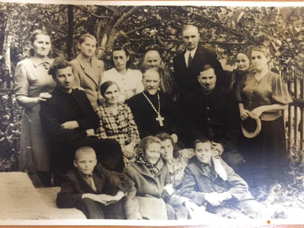 Празник на Волі. 1957 р. Посередині - о. Віктор Перхорович, справа - о. Микола Роздяловський. Фото надала Ольга Календа.