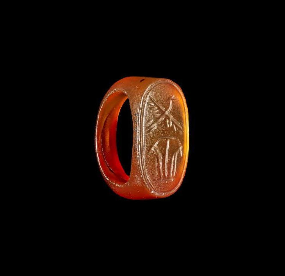 Перстень з бурштину, Єгипет, період Нового Царства (2-1 тис. до н.е.). (Британський музей, Лондон)