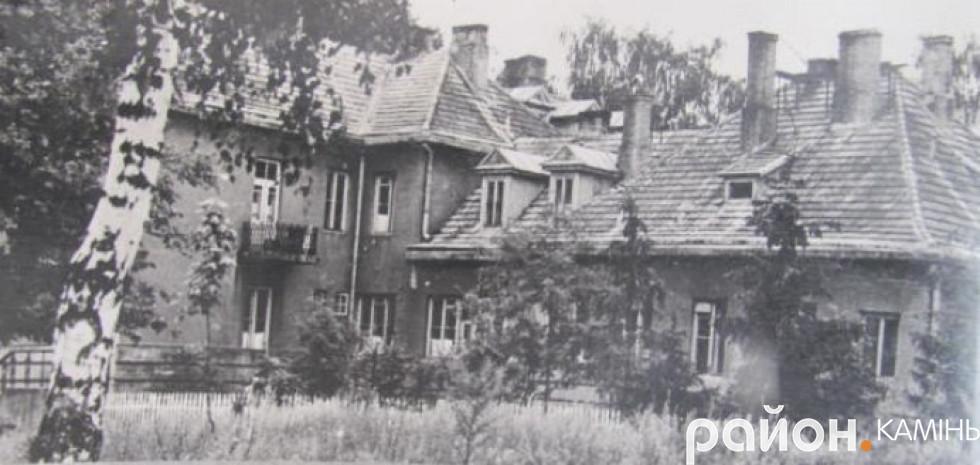 Лікарня в Камені-Каширському. Побудована в роки міжвоєнної Польщі. Кований балкон зберігся донині.Фото 70-х років ХХ ст.