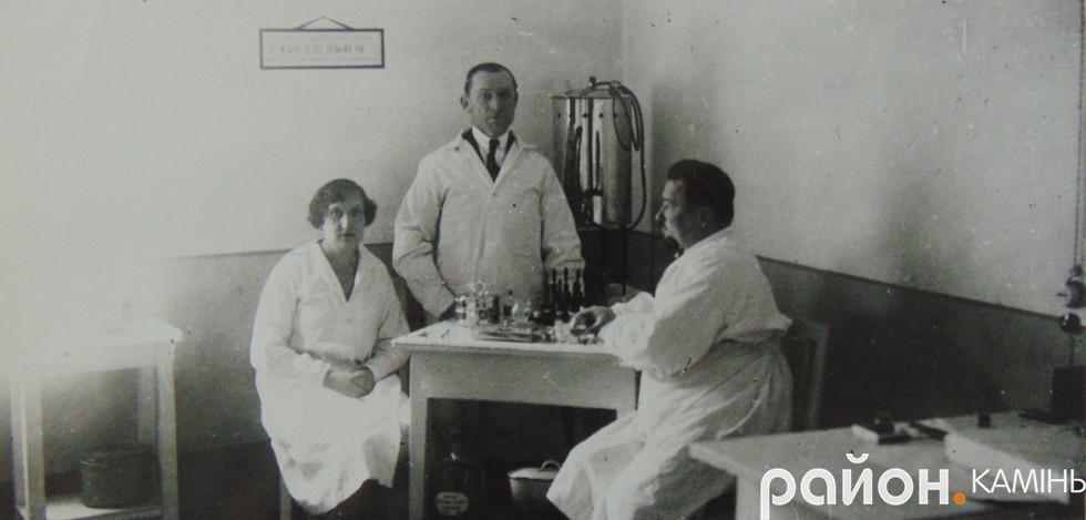 Персонал лікарні в Камені-Коширському. 30-і роки ХХ ст.