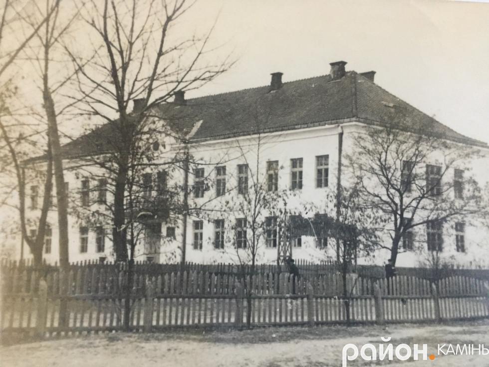У роки війни в цьому будинку розміщувався гебітскомісаріат. Фото післявоєнного часу - педучилище. М. Камінь-Каширський.