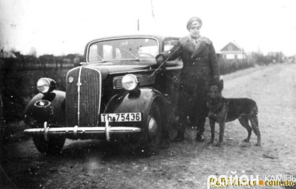Німецький генерал біля автомобіля на вулицях міста.Фото із сайту volyntimes.com.ua