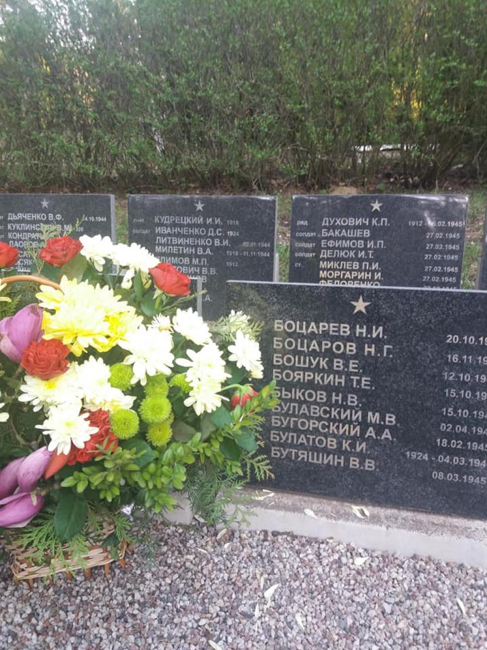 Стела з прізвищем Бощука Василя Юхимовича (російською - Ефимович) і квіти від рідних