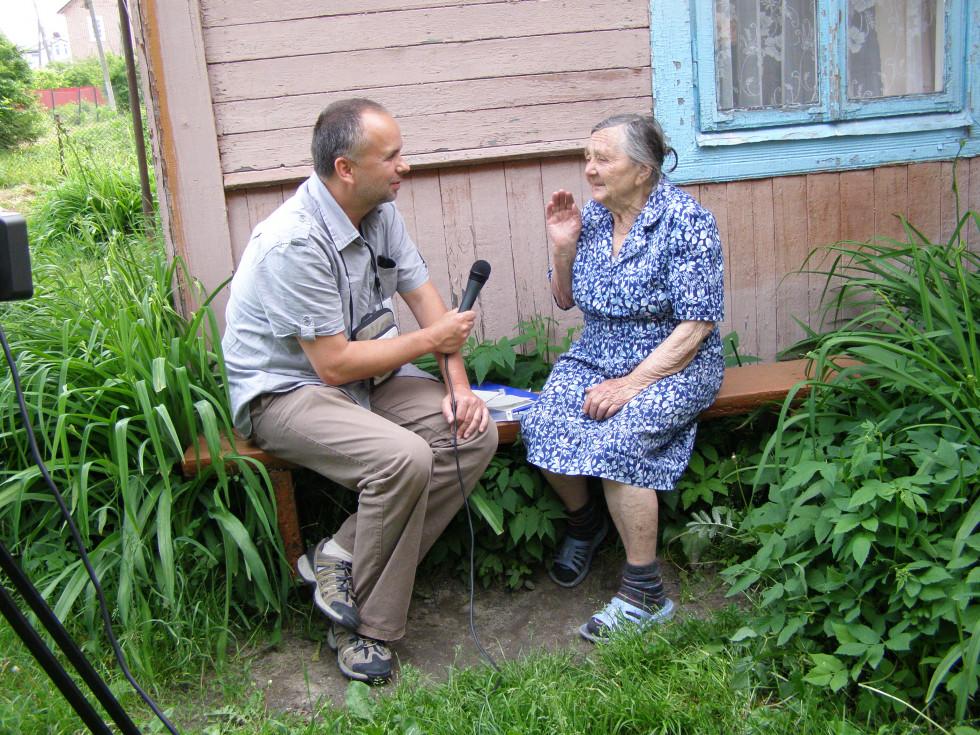 Павел Боболович спілкується із колишньою жителькою міста Марисею Гембік (в дівоцтві - Курчук). 2012 р.