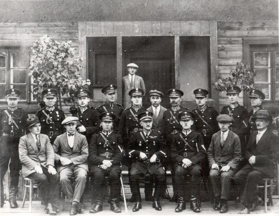 Персонал повітової поліції в Камені - Каширському. Фото 30 - х років ХХст.
