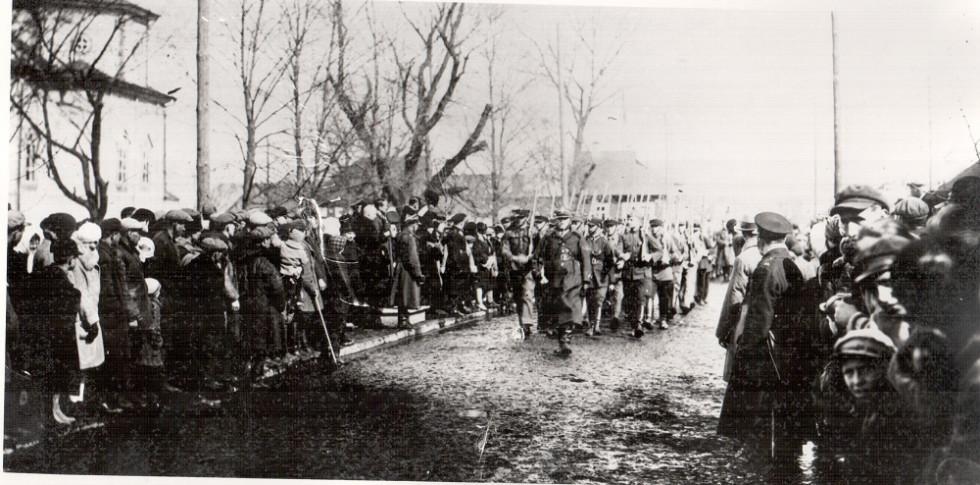 Союз стрільців крокує на святі в місті. 1932 р., м. Камінь-Коширський