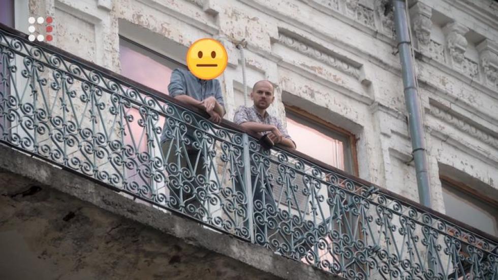 Василь спілкується з працівником ботоферми на балконі